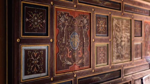 Mur avec les symbole de la royauté