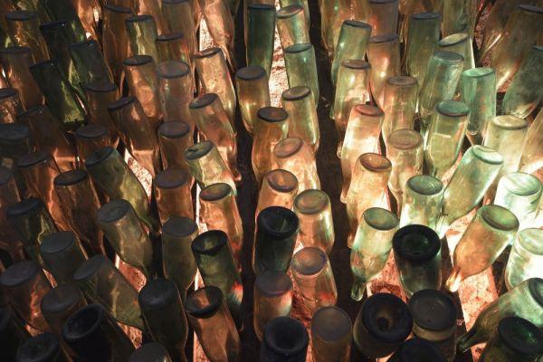 La cave du chateau rempli de bouteille vide