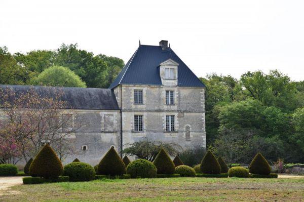 L'exterieur du chateau avec les buissons