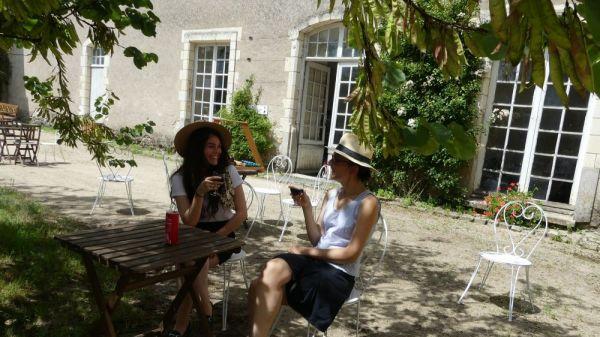 Deux filles posé dans la terrasse du chateau