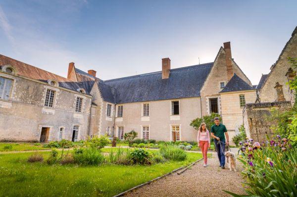 Deux personnes qui se promene dans la cour du chateau