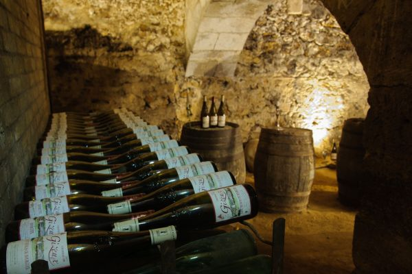 Bouteille de vin dans la cave du chateau pour une dégustation