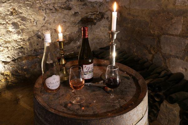Bouteille de vin posé pour une dégustation au chateau