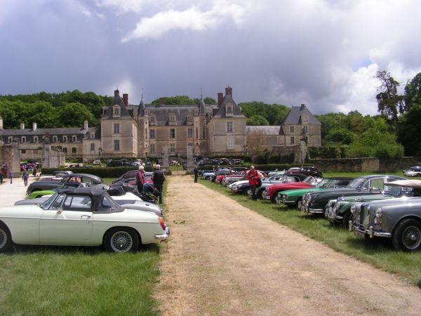Groupe de voitures anciennes devant le chateau