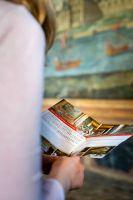 Une fille qui lit un livre au chateau