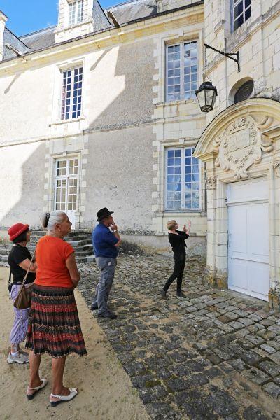 Un groupe de personne étudient la façade du chateau